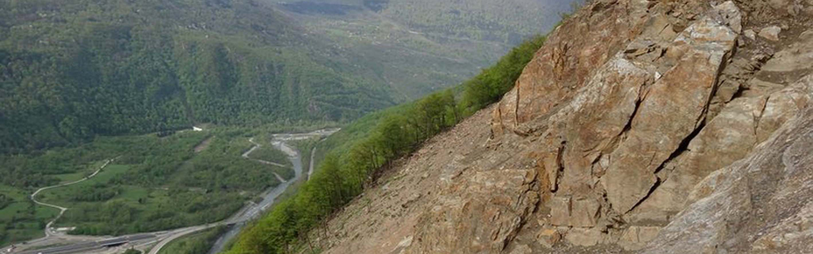 Séchilienne landslide: unstable block at the main scarp and the Romanche river at the bottom